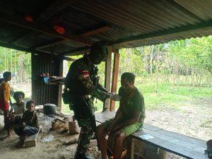 Dua Jam Jalan Kaki, Personel Satgas Yonif 512/QY Berikan Yankes Warga Papua