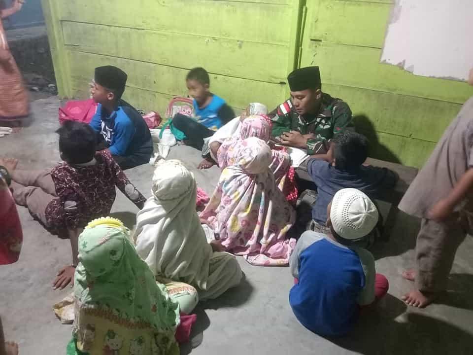 Jadi Guru Mengaji, Personel Satgas Yonif 512 Ajarkan Anak-anak Nilai Agama