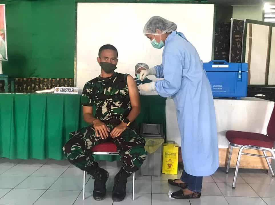 Satgas Yonarmed 6/3 Terima Suntikan Vaksinasi Covid-19 di Perbatasan