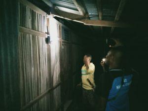 Satgas Yonif 742 Bantu Nyalakan Listrik Di Rumah Warga Desa Defala