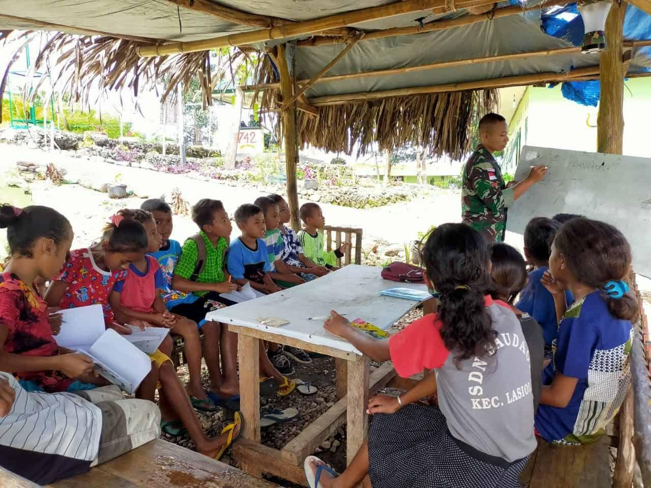 Satgas Yonif 742 Berikan Pelajaran Tambahan Kepada Anak Perbatasan