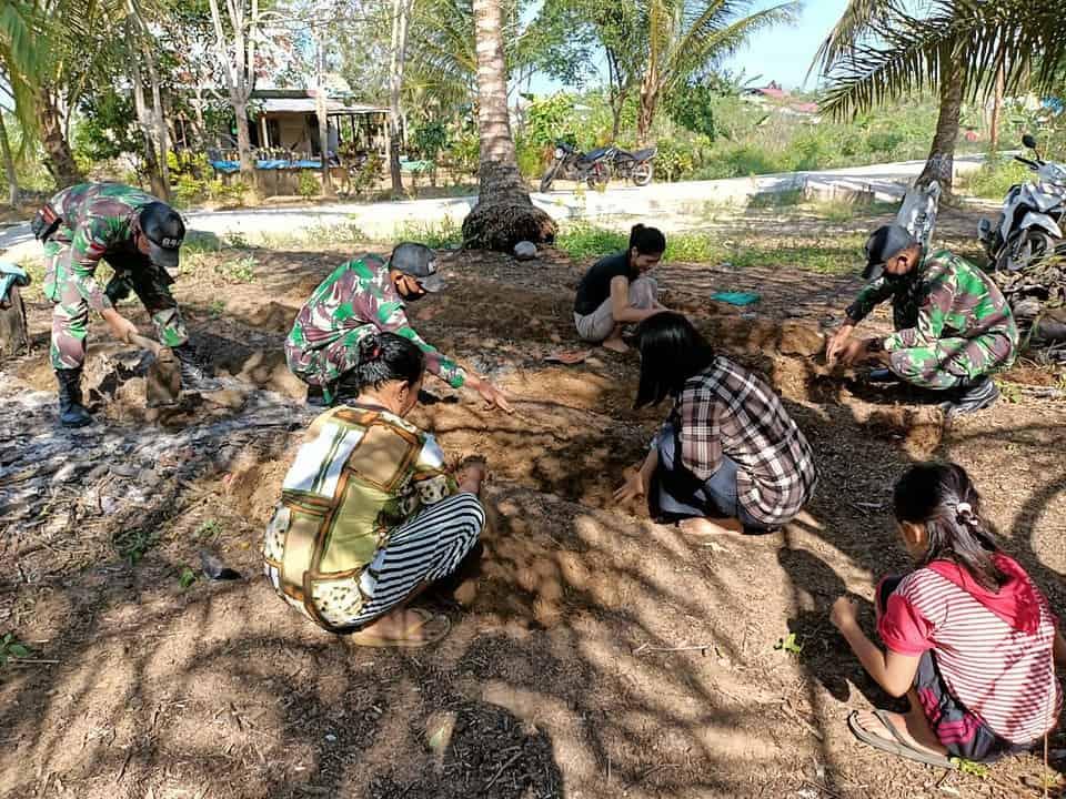 Satgas Yonif 642 Lakukan Pendampingan Pembuatan Kebun TOGA di Perbatasan
