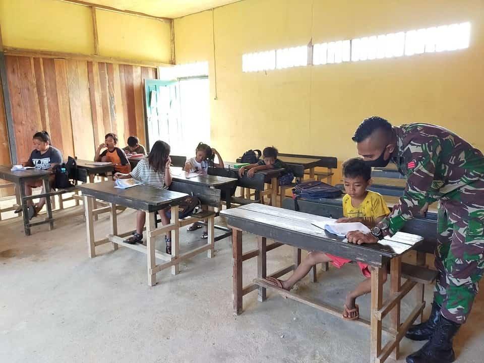 Personel Satgas Yonif 407/PK Bantu Guru di Perbatasan Mengajar Murid SD