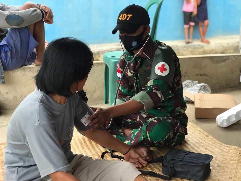 Kepedulian Anggota Satgas Yonif 407/PK Berikan Pelayanan Kesehatan Kepada Warga Perbatasan