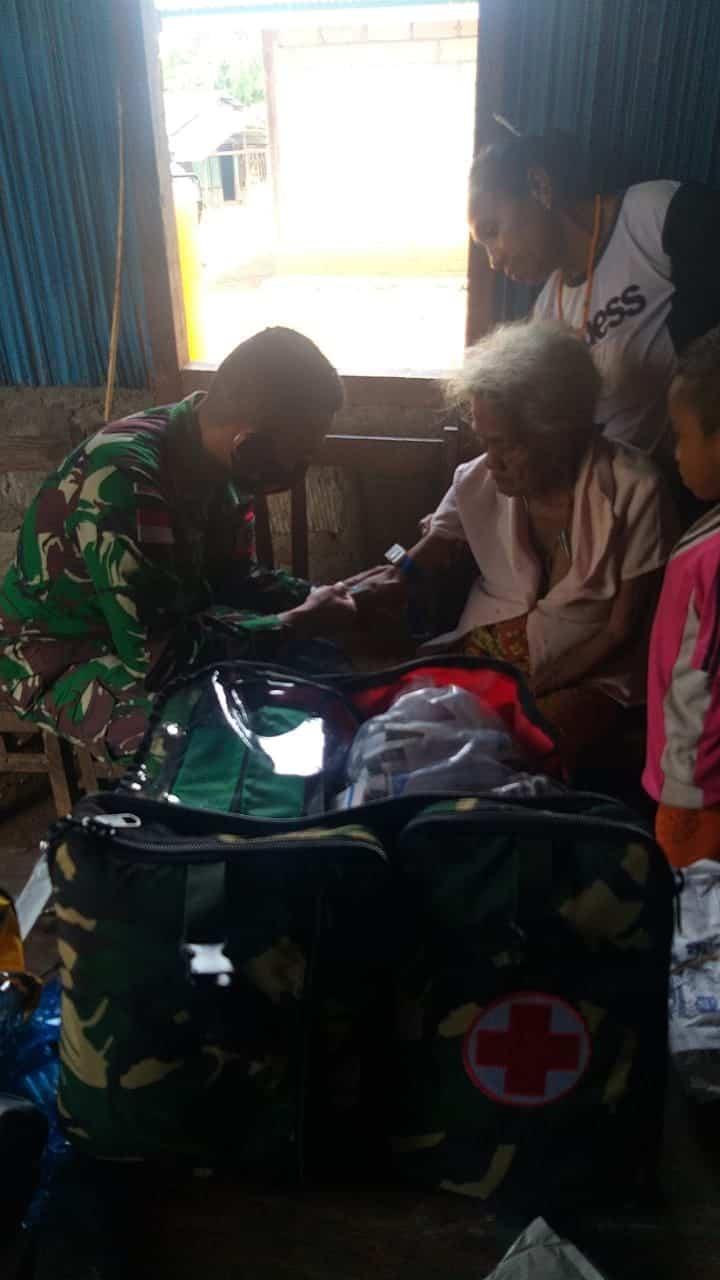 Peduli Kesehatan Warga, Satgas Yonarmed 6/3 Gelar Yankes Di Desa Fatutasu