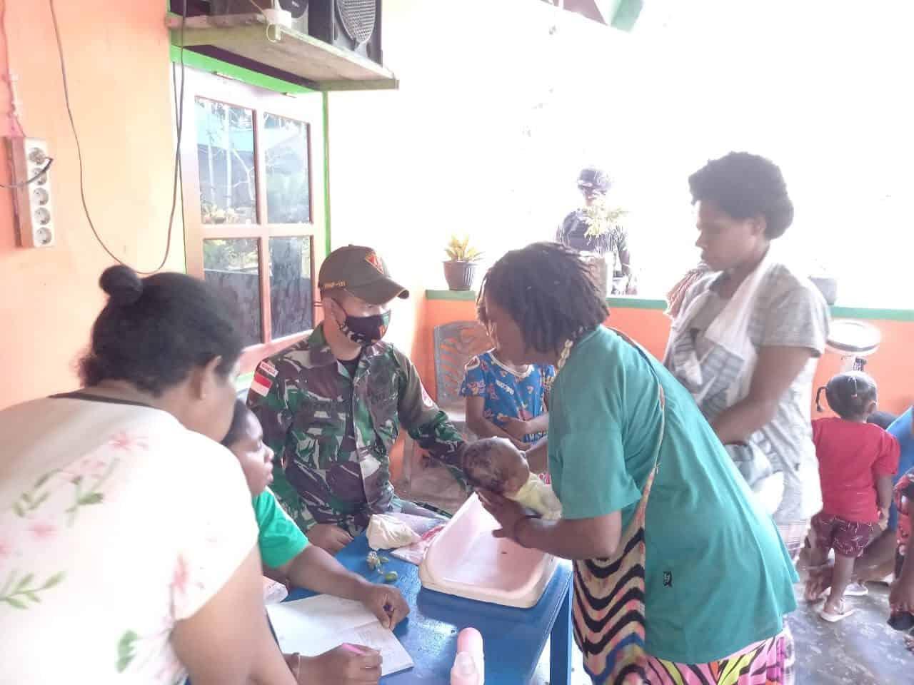 Berikan Layanan Kesehatan Warga Papua, Satgas Yonif 131/BS Gelar Posyandu