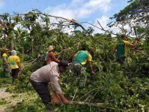 Satgas Yonif 413 Bersama Warga Kerja Bakti Bersihkan Jalan Kampung