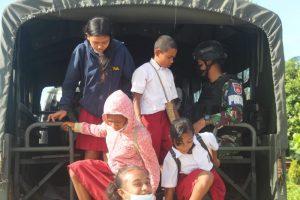 Satgas Yonif 403 Dukung Transportasi Anak Sekolah Di Perbatasan