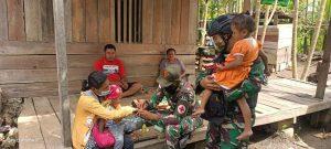 Keliling Kampung Pitewi, Satgas Yonif 131 Berikan Yankes Gratis