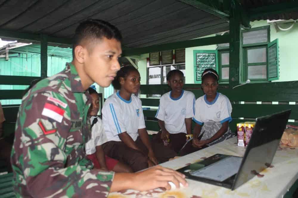 Satgas Yonif 403 Ajarkan Pengetahuan Komputer Kepada Anak-Anak Perbatasan