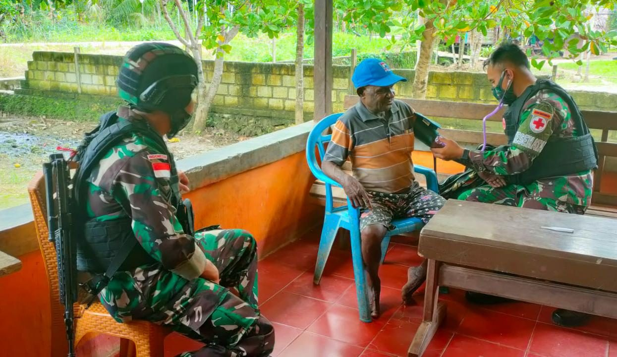 Satgas Yonif 512 Beri Pengobatan Gratis Kepada Masyarakat Papua
