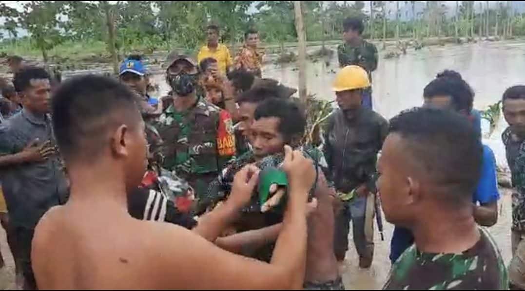 Satgas Yonif 742 Evakuasi Sebelas Korban Banjir di Dusun Sakafini