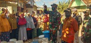 Dapat Bantuan Air Bersih, Ibu-Ibu Korban Banjir Bima Berbondong Jejer Ember