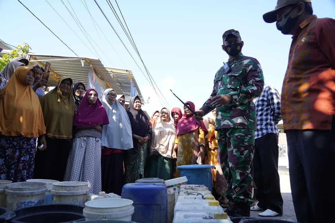 """Dapat Bantuan Air Bersih, Ibu-Ibu Korban Banjir Bima Berbondong Jejer Ember JAKARTA, tniad.mil.id – Ada hal unik saat Danrem 162/WB meninjau lokasi pendistribusian air bersih kepada warga terdampak bencana banjir bandang di Desa Rade, Kecamatan Madapangga, Kabupaten Bima. Saat meninjau pembangunan jembatan penghubung Desa Rade-Desa Bolo yang sedang dibangun Satgas Zeni TNI AD dari Yonzikon 13/KE, Danrem berjalalan kaki menuju Desa Rade untuk meninjau pendistribusian air bersih, menggunakan teknologi Reverse Osmosis (RO), Kamis (15/4/2021). Sepanjang perjalanan menuju lokasi pendistribusian air bersih, Danrem menyapa warga dewasa, ibu-ibu dan anak-anak. Saat tiba di lokasi pendistribusian air bersih, telah berjejer puluhan ember, jerigen maupun bak plastik untuk menampung air bersih. Danrem menyapa para ibu yang telah antri dengan ember maupun jerigennya masing-masing. Sesekali terlihat ada ibu yang berusaha memindahkan embernya agar lebih dekat dengan selang air dari mobil RO milik Zeni TNI AD. Walau sedikit agak berdesakan, namun proses antian pendistribusian air bersih berjalan relatif tertib. """"Halo ibu-ibu semua, bagaimana kabarnya sehat semua kan, """" sapa Danrem saat tiba di lokasi. Dengan serempak, para ibu yang mengantri menjawab sapaan Danrem 162/WB yang mereka sebut dengan Bapak Komandan, dengan penih keceriaan. """"Alhamdulillah sehat Bapak Komandan…terima kasih banyak air bersihnya dari Bapak Komandan, """" jawab para ibu-ibu saling bersahutan. Danrem menyampaikan bahwa bantuan air bersih ini merupakan atensi dari Pimpinan TNI Angkatan Darat, agar dapat dimanfaatkan oleh warga untuk berbagai kebutuhan terutama minum dan memasak. """"Ini bentuk kepedulian kami dari TNI Angkatan Darat kepada warga yang terdampak banjir bandang, semoga dapat dimanfaatkan untuk berbagai kebutuhan seperti memasak dan bahkan dapat langsung dikonsumsi, """" tutur Danrem. Pada kesempatan tersebut Danrem juga menekankan kepada warga untuk tetap menerapkan protokol kesehatan dengan menggunakan m"""