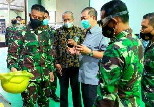 Kadislitbangad Memverifikasi Produksi Rompi Tahan Peluru dan Helm Militer Buatan Dalam Negeri