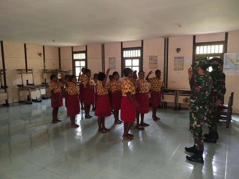 Bentuk Karakter Generasi Papua Sejak Dini , Satgas TNI Yonif 756/WMS Mengajar di Pedalaman Papua