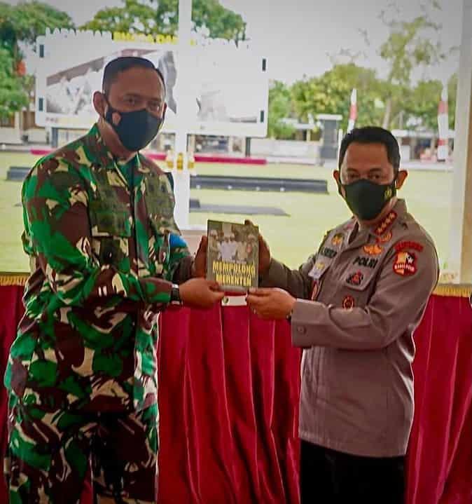 """Kunjungan Kapolri ke Lombok, Danrem 162/WA Berikan Buku """"Mempolong Merenten Rehab Rekon Gempa Lombok"""""""