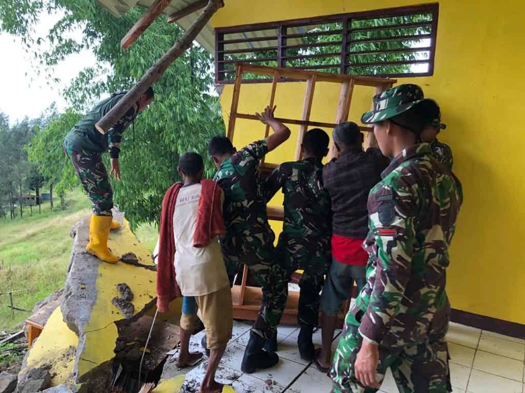 SMP Satap Roboh, Satgas Yonarmed 6/3 Bantu Evakuasi