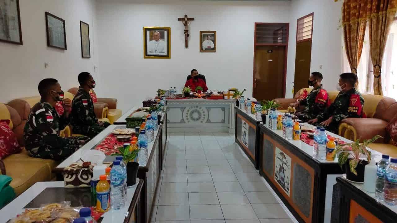 Dansatgas Pamtas Yonif 742/SWY Anjangsana ke Uskup Atambua Belu