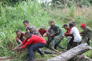Satgas Yonif 131 Bersama Warga Bersihkan Sampah di Jembatan Dusun Tuwi