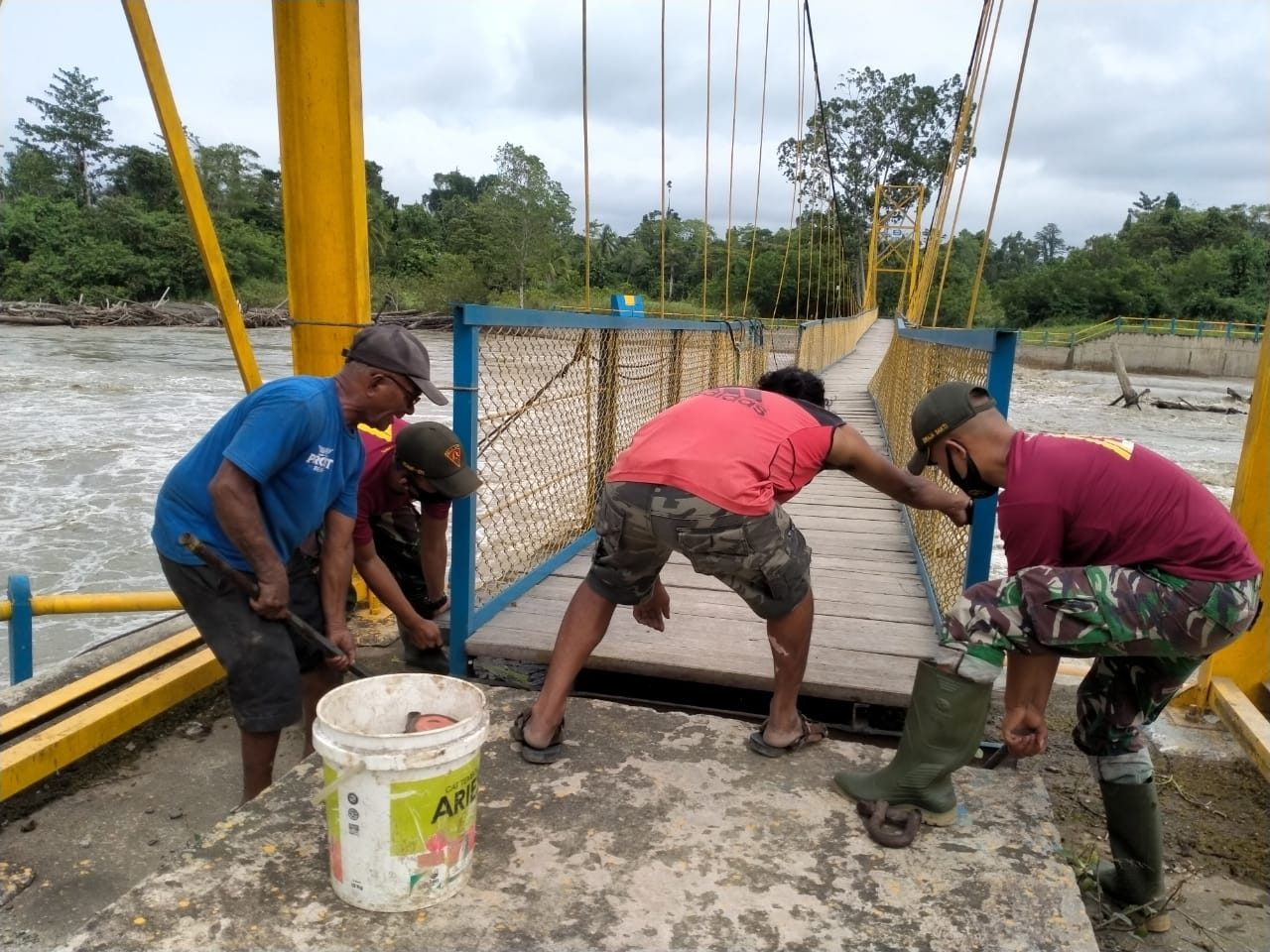 *Satgas Yonif 131 Bersama Warga Perbaiki Jembatan Gantung di Papua*