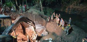 Pasukan Zeni TNI AD Bekerja Pagi, Siang dan Bahkan Sampai Larut Malam Bangun Jembatan Untuk Masyarakat Korban Banjir Bandang Bima