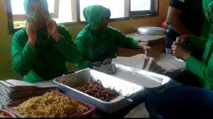 Walau Ikut Terdampak Banjir Bandang, Istri Para Babinsa Bantu Masak Kebutuhan Korban Banjir Bima