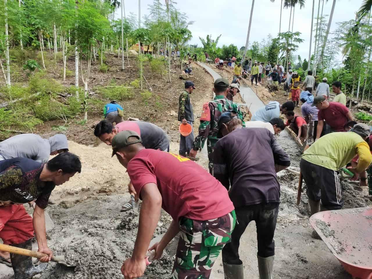 TNI Bersama Rakyat Bergotong Royong Mengecor Jalan Di Papua