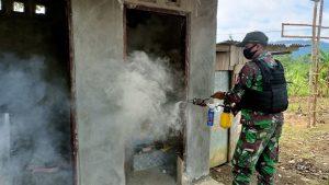 Cegah Wabah Penyakit Malaria, Satgas Yonif 131 Lakukan Fogging