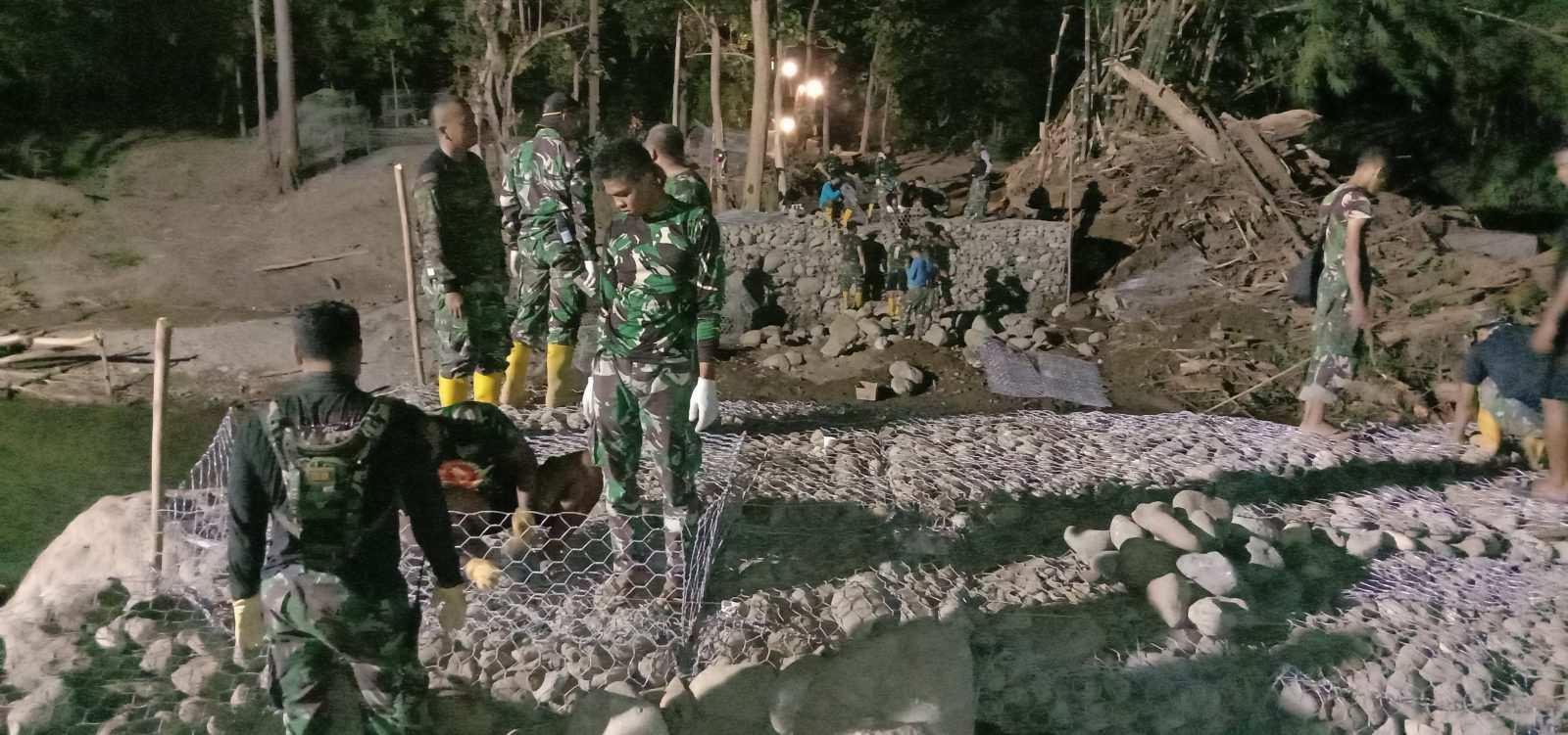 Pulihkan Jalur Transportasi dan Perekonomian, Satgas Zeni TNI AD Kebut Pembangunan Jembatan Waisika
