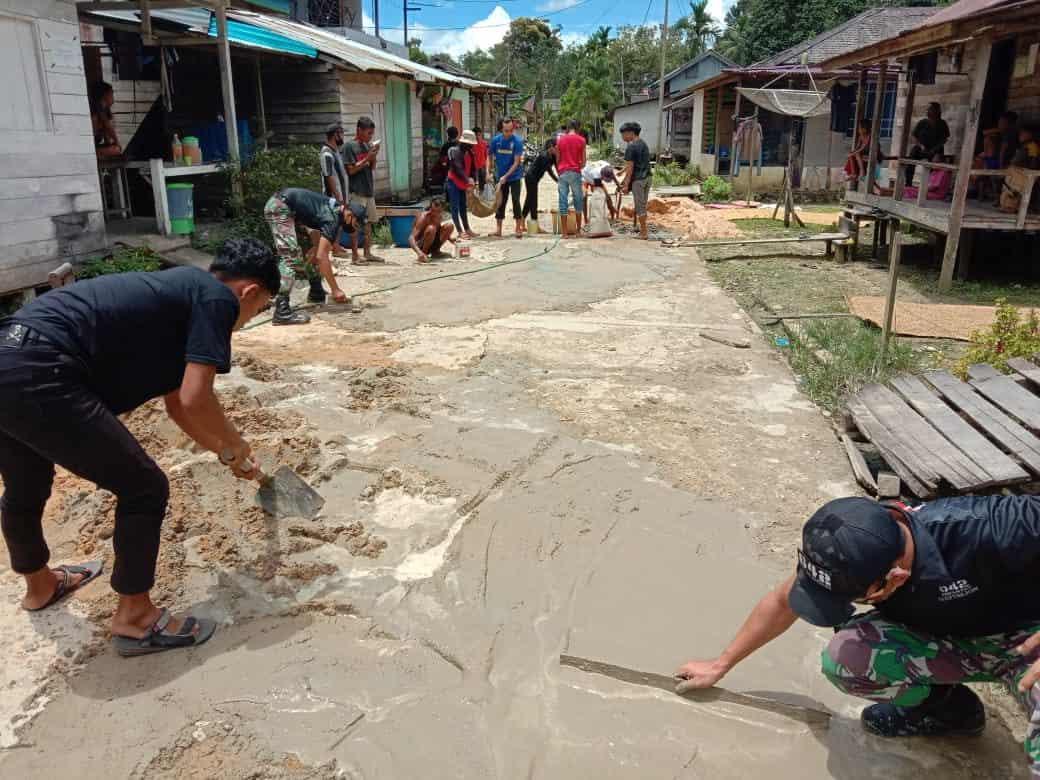 Satgas Yonif 642 Bersama Warga Perbaiki Jalan Desa