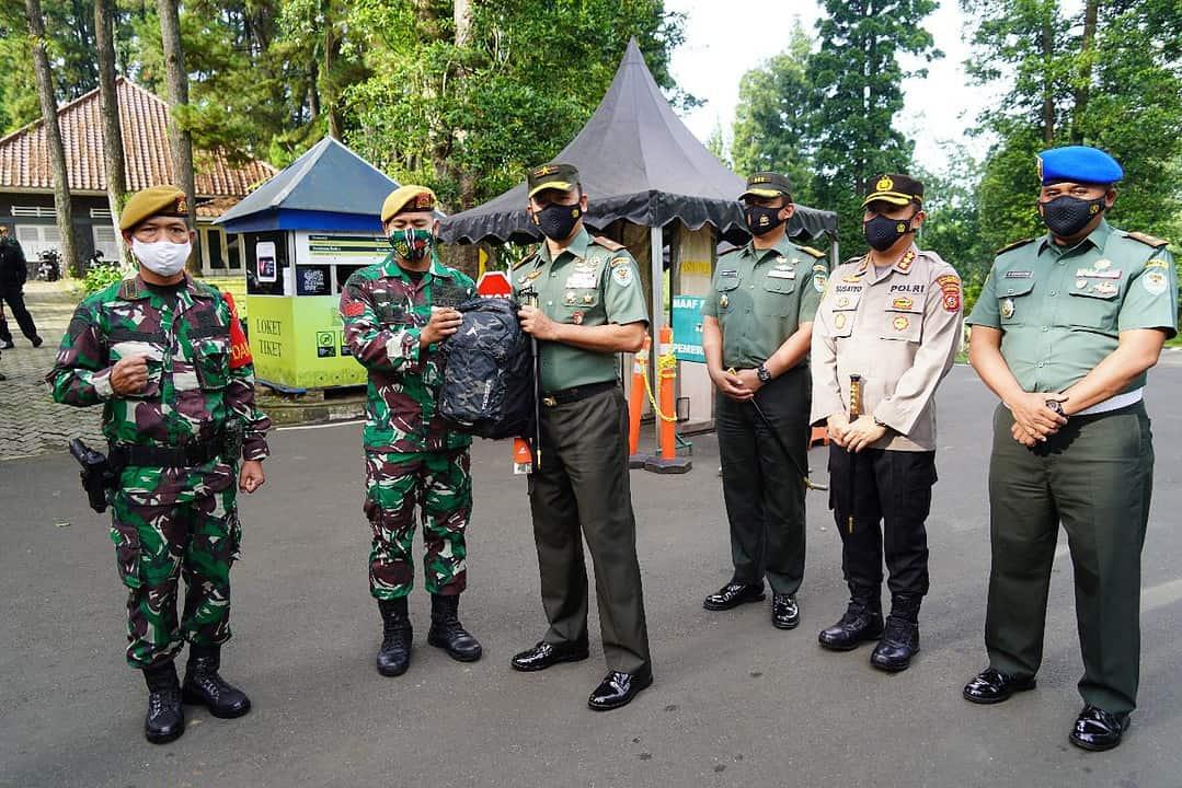 Prajuit Yon Armed 5/Tarik Amankan Pelaku Masuk Pagar KRB, Danrem Berikan Penghargaan