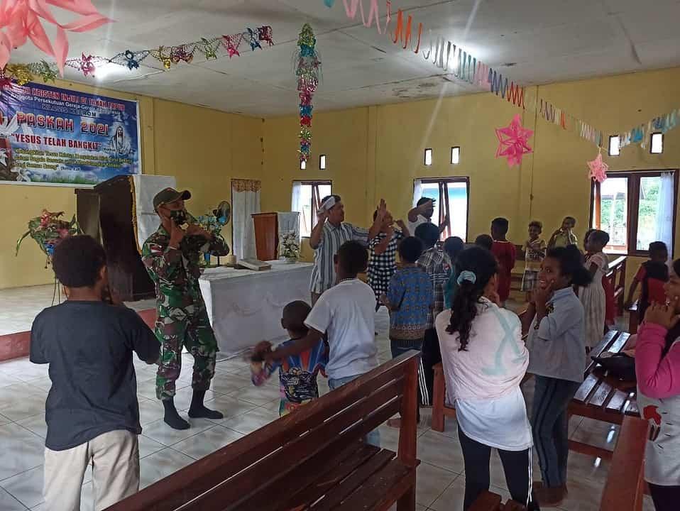 Pawai Obor Warnai Peringatan Paskah Personel Satgas Yonif 131 Bersama Masyarakat Papua
