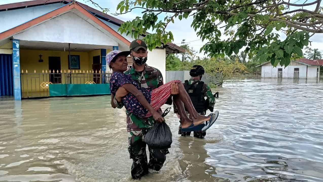 Satgas Yonif 131 Sigap Evakuasi Warga Terdampak Banjir di Papua