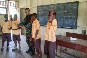 Minim Tenaga Pengajar, Anggota Satgas Yonif/403 Baru Jadi Guru di Perbatasan
