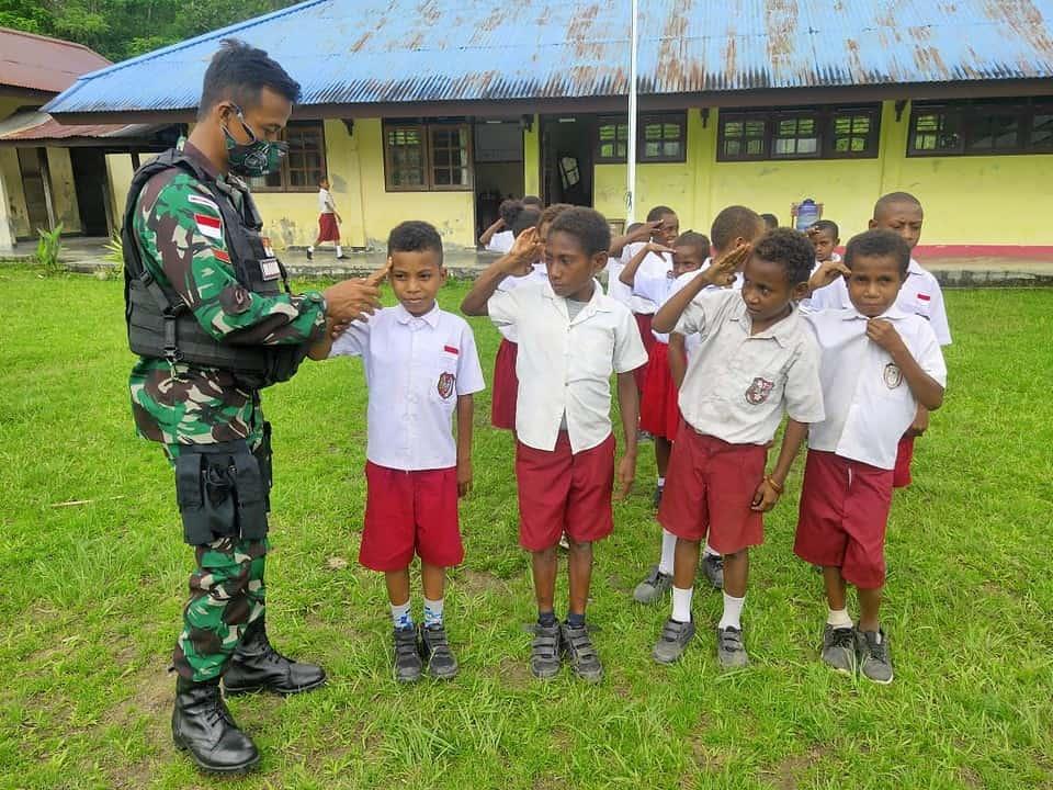 Satgas Yonif 512/QY Tanamkan Disiplin Siswa di Timur Indonesia