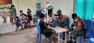 Satgas Yonif 742 Bantu Penanganan Kesehatan Pengungsi Banjir di Belu