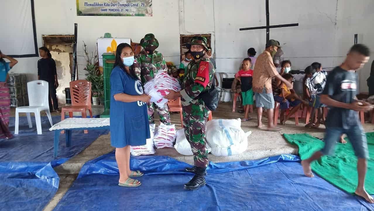 Satgas Yonif 742 Berikan Bantuan Pakaian Layak Pakai Bagi Korban Banjir di Belu