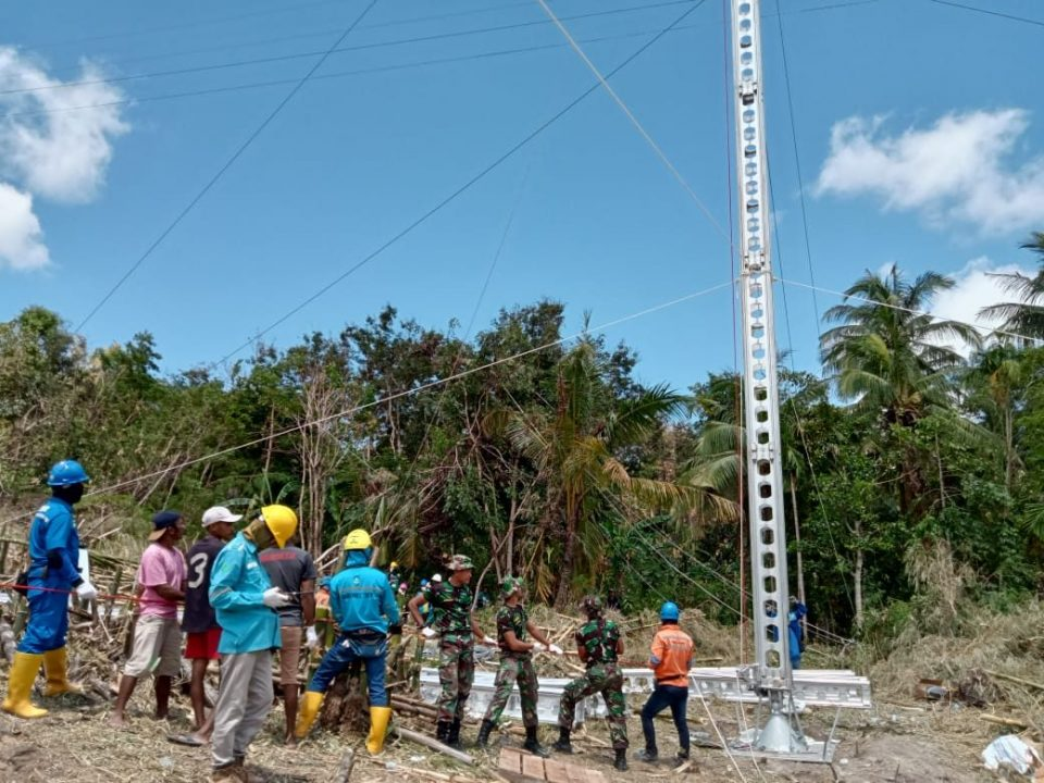 Percepat Pemulihan Pasca Banjir, Yonif 743/PSY Bantu Bangun Sutet PLN di NTT