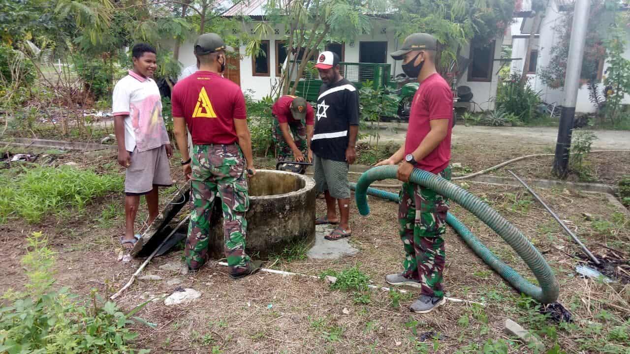 Jaga Ketersediaan Sumber Air Bersih, Satgas Yonif 131 Perbaiki Sumur Tua Kampung Skow