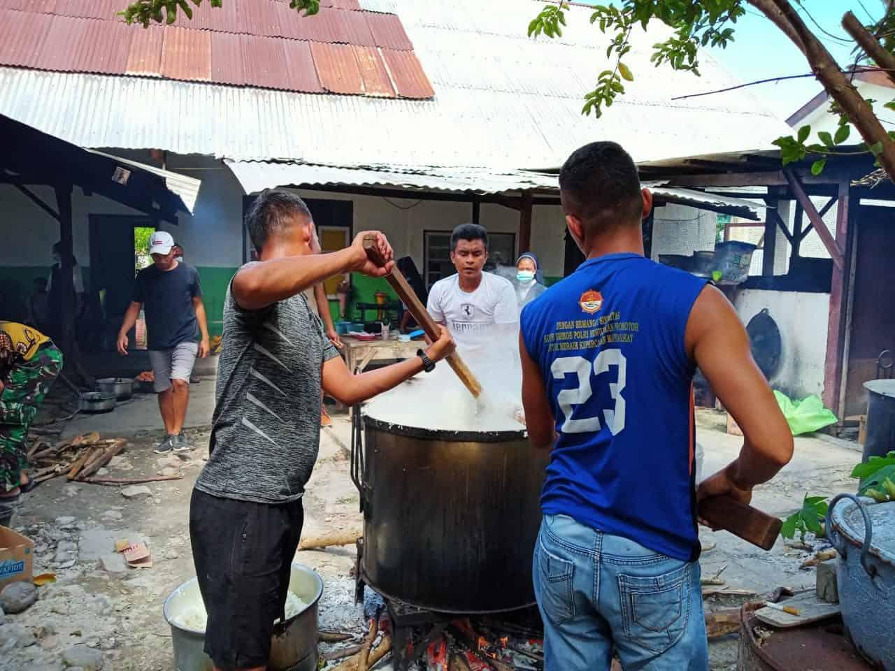 Bantu Logistik Pengungsi, Satgas Pamtas RI-RDTL Yonarmed 6/3 Kostrad Gelar Dapur umum.