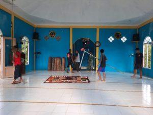 Persiapkan Tarawih, Satgas Pamtas Yonif 642/Kps Bersama Masyarakat Entikong Bersihkan Masjid