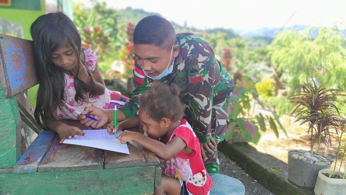 Ajarkan Bernyanyi dan Belajar, Bukti Kepedulian Satgas kepada Anak-Anak Perbatasan