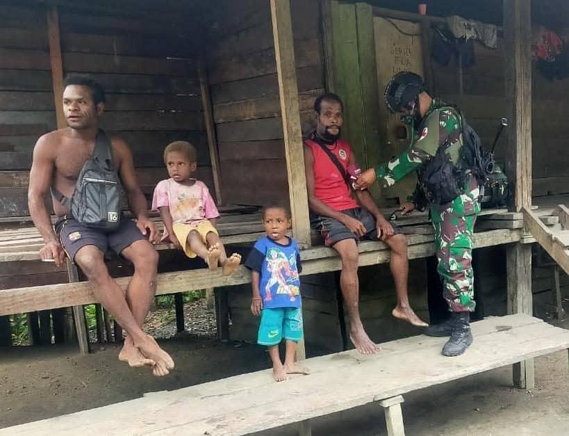Jaga Kesehatan Warga, Satgas Yonif 512 Berikan Pengobatan Gratis di Papua