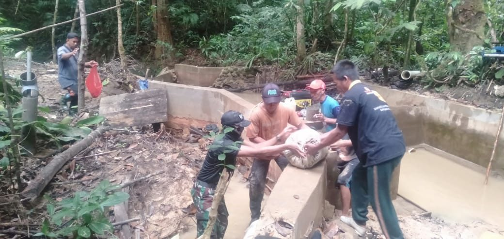 Satgas Yonif 642 Bersama Warga Bersihkan Bendungan Desa Sentabeng