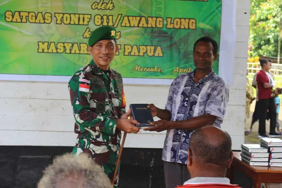 Cinta Kasih Satgas TNI Bagikan Alkitab Kepada Warga Papua