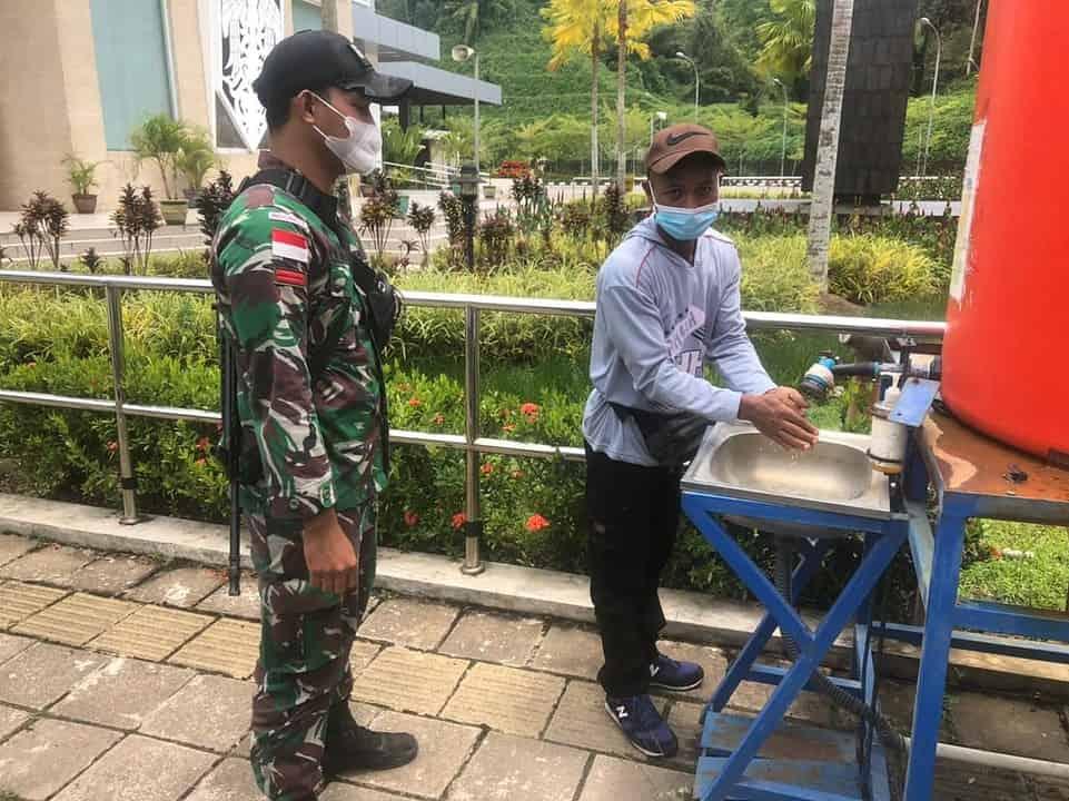 Terapkan Prokes, Satgas Yonif 642 Bantu Awasi dan Periksa PMI di PLBN Entikong