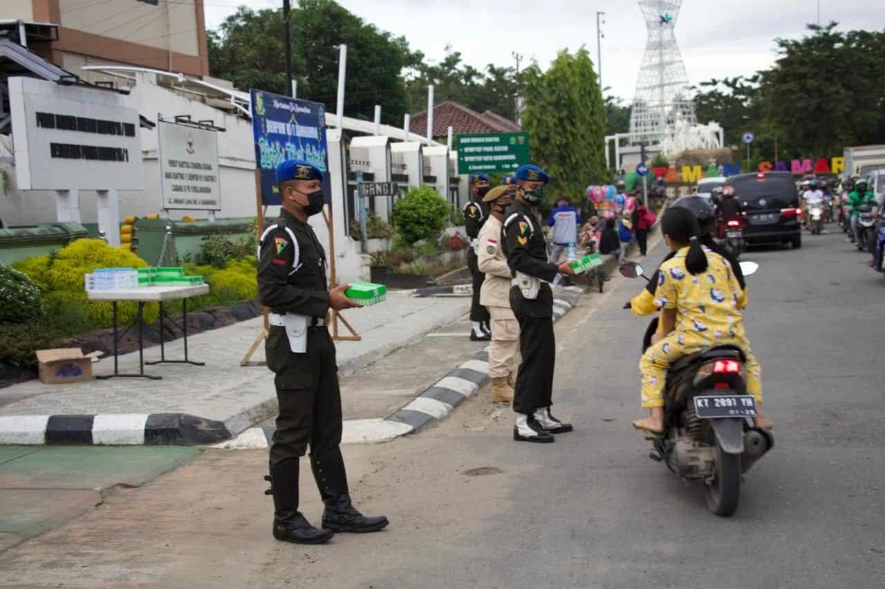 Peduli Sesama, Denpom VI/1 Samarinda Bagi 100 Takjil Tiap Hari Selama Ramadhan