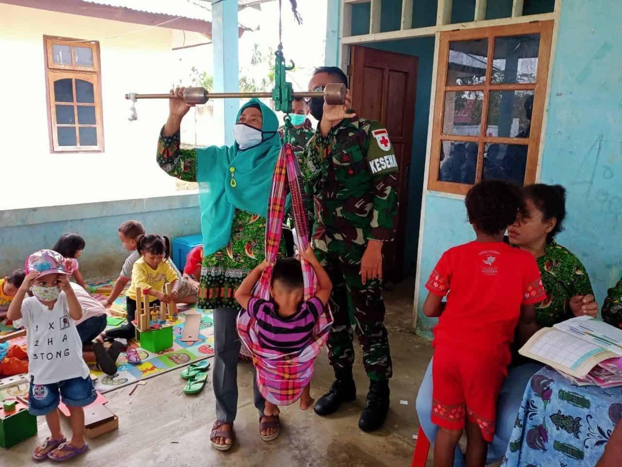 Tim Kesehatan TNI, Bantu Program Posyandu di Wilayah Perbatasan