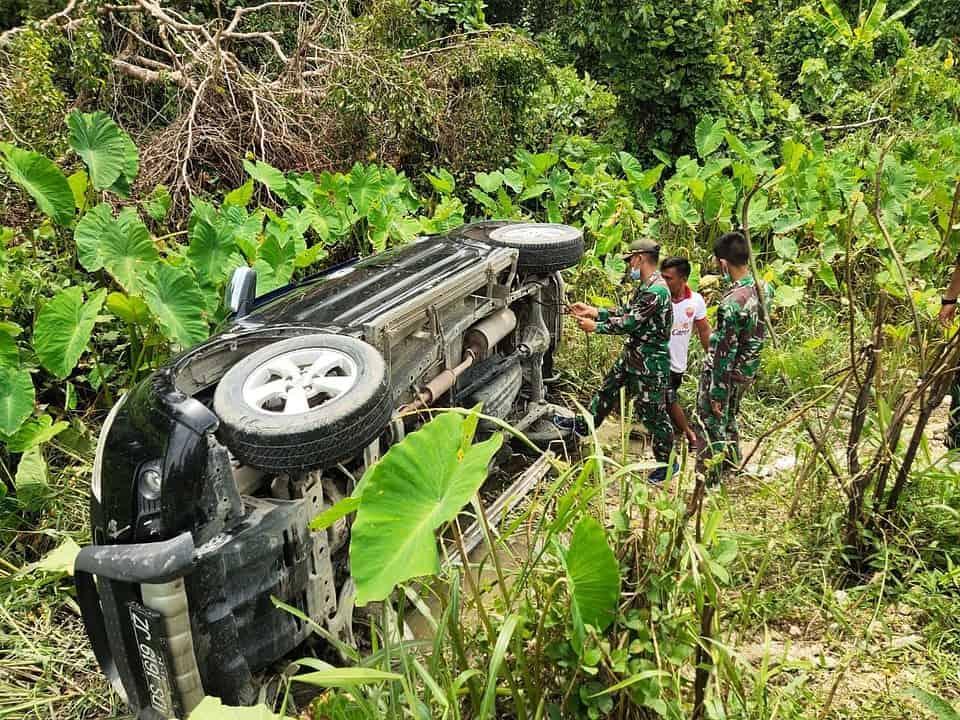 Personel Satgas Yonif 131 Bantu Evakuasi Mobil Terguling